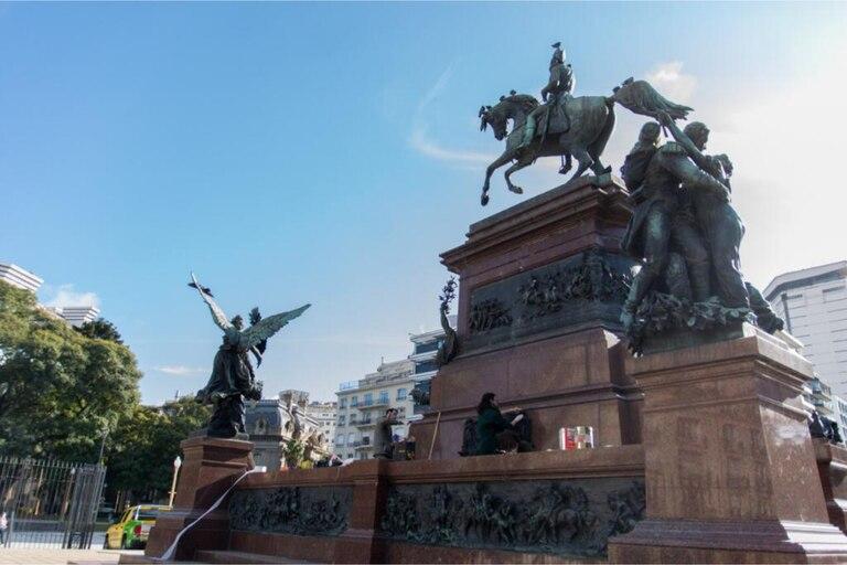 """El monumento a San Martín fue restaurado: los secretos de su """"internación y cura"""" en el MOA, el hospital de las estatuas"""