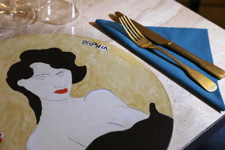 Los platos de sitio son ilustraciones del artista napolitano Ernesto Tatafiore