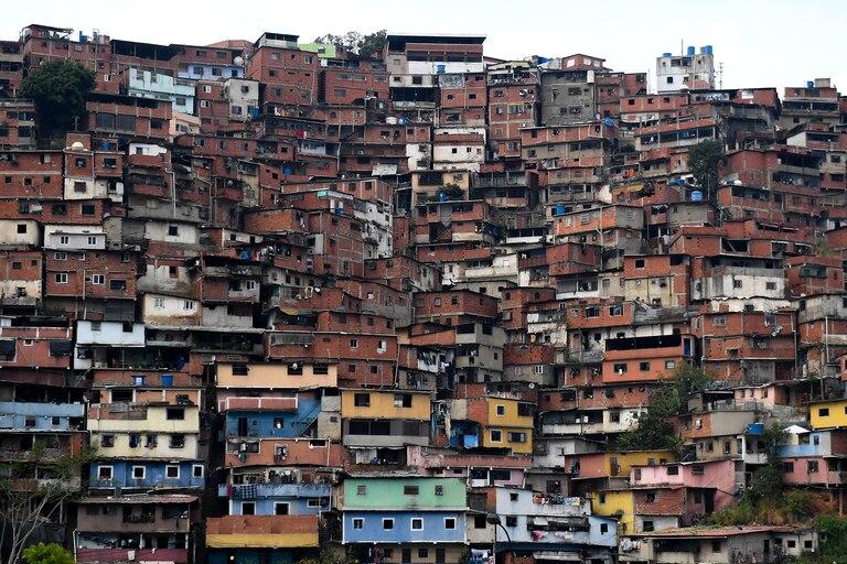 Vista del barrio de Petare en el este de Caracas, tomada el 24 de mayo de 2020 durante la pandemia de coronavirus