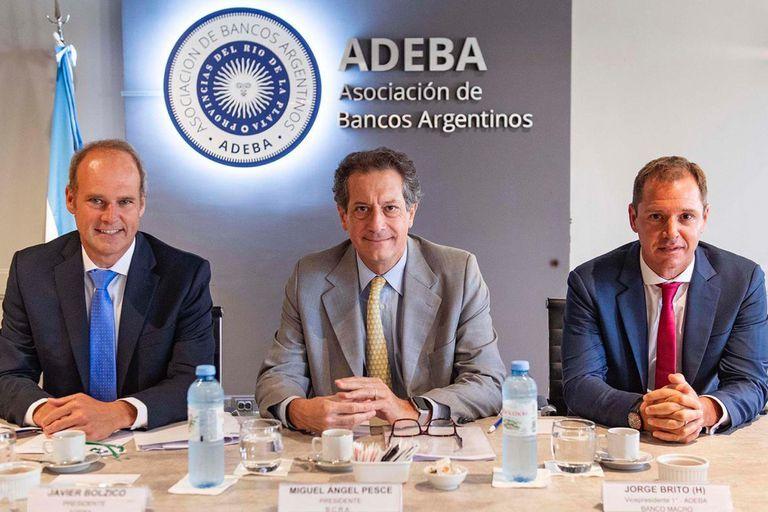 Las autoridades de Adeba, Bolzico y Jorge Brito (h.), con Miguel Pesce, presidente del BCRA (centro), en ocasión de una visita a la entidad
