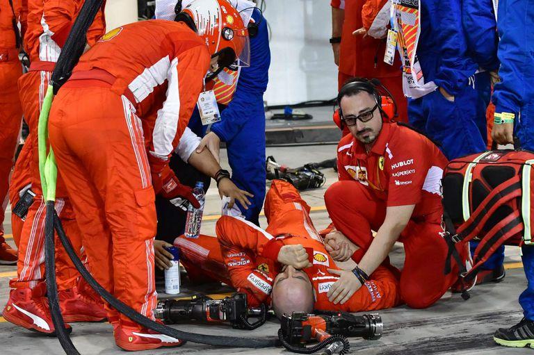 El momento del incidente de Francesco Cigarini, mecánico de Ferrari