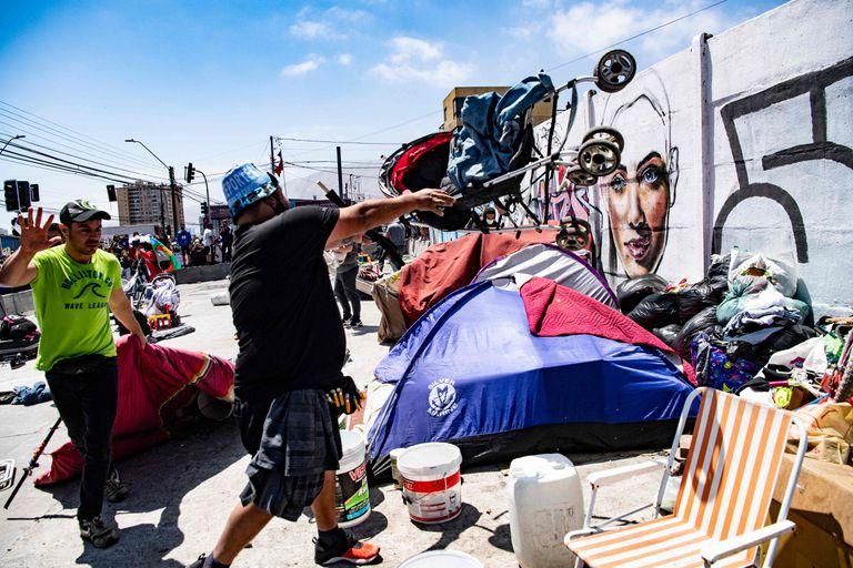 Los manifestantes destruyen un campamento de venezolanos en Iquique