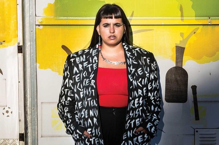 """Florencia """"La Negra"""" Buggiani es productora cultural. Ahora trabaja en la línea 148 brindando información sobre el Covid-19"""