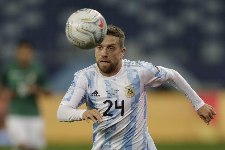 Alejandro Gómez, de la selección de Argentina, persigue un balón durante un encuentro ante Bolivia, en la fase de grupos de la Copa América, el lunes 28 de junio de 2021 en Cuiabá (AP Foto/Bruna Prado)