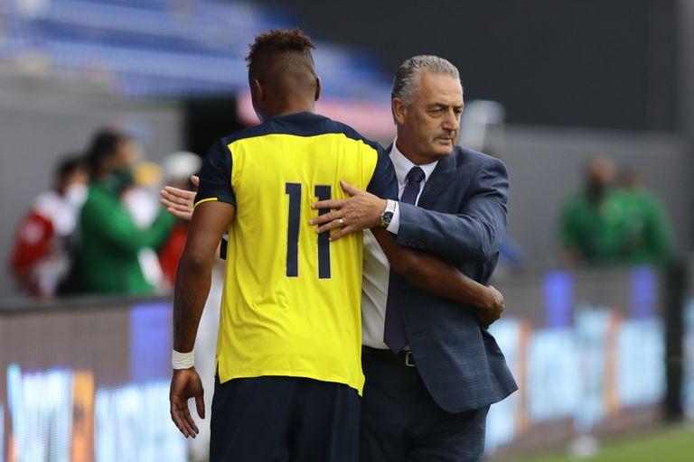 Gustavo Alfaro saluda a Michael Estrada cuando es sustituido durante un amistoso entre Ecuador y Bolivia, el 29 de marzo pasado