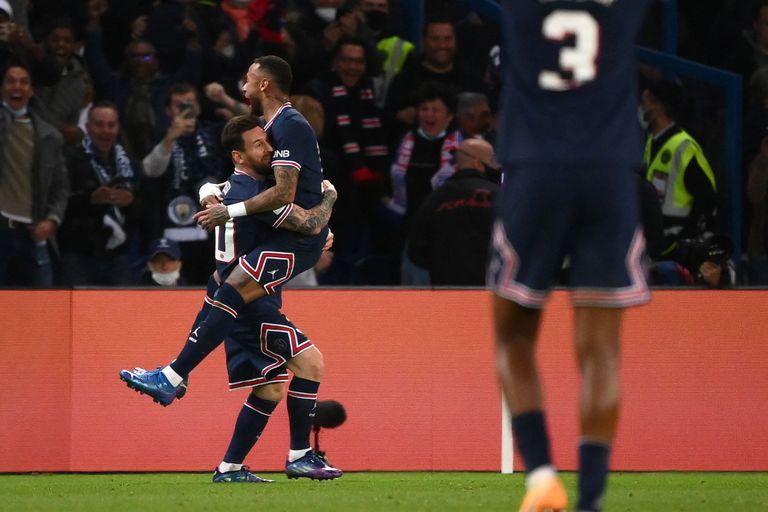 Festejan Lionel Messi y Neymar, tras el gol del argentino, en el triunfo de Paris Saint-Germain's sobre Manchester City en el Parc des Princes