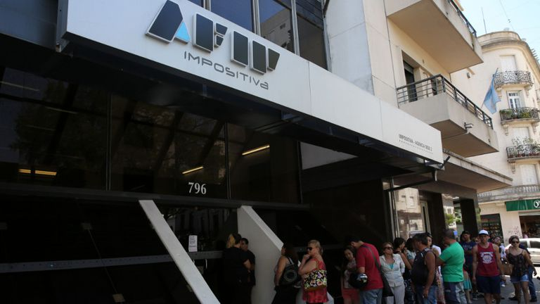 Larga fila en una de las sedes de la AFIP de La Plata