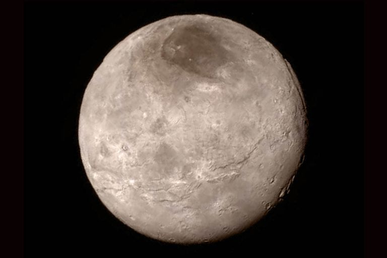 New Horizons tomó fotos de Caronte, el satélite más grande de Plutón, y se descubrió así que tiene cañones de más de seis kilómetros de profundidad