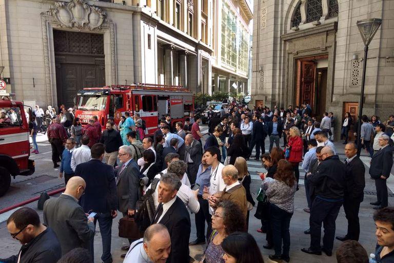 El incendio se registró en el quinto piso en el área de sistemas