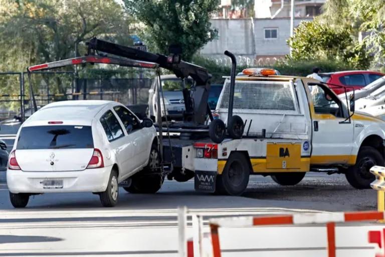 Las grúas de la Ciudad funcionan con guardia mínima durante la cuarentena para controlar el mal estacionamiento