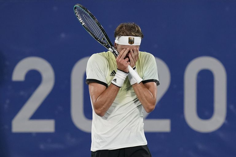 Alexander Zverev, de Alemania, reacciona después de derrotar a Novak Djokovic, de Serbia, durante la ronda semifinal de la competencia de tenis masculino