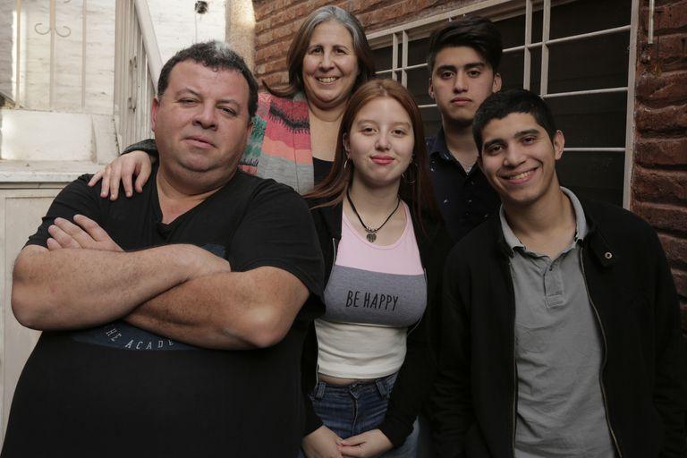 Karina Tomé y Daniel Monzón adoptaron a Nicolás, Lionel y Milagros cuando tenían 12, 10 y 3 años.