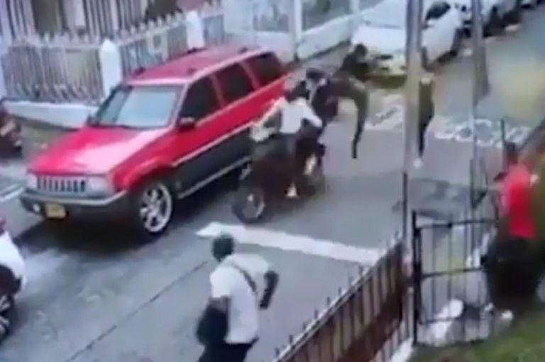 Video: un vecino detiene a dos ladrones con patadas voladoras