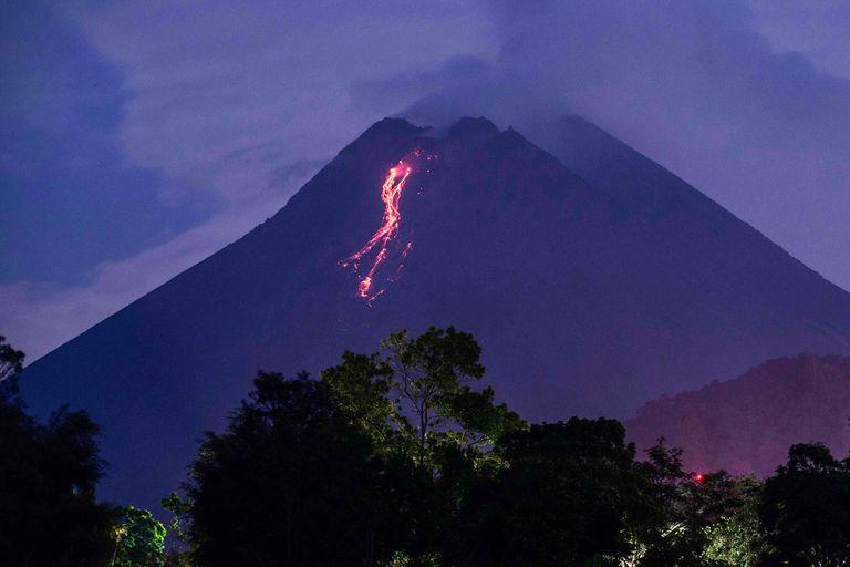Indonesia: entró en erupción uno de los volcanes más activos del mundo