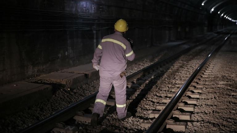 Las tareas de mantenimiento en el subte se realizan durante la madrugada, cuando el servicio no está operativo