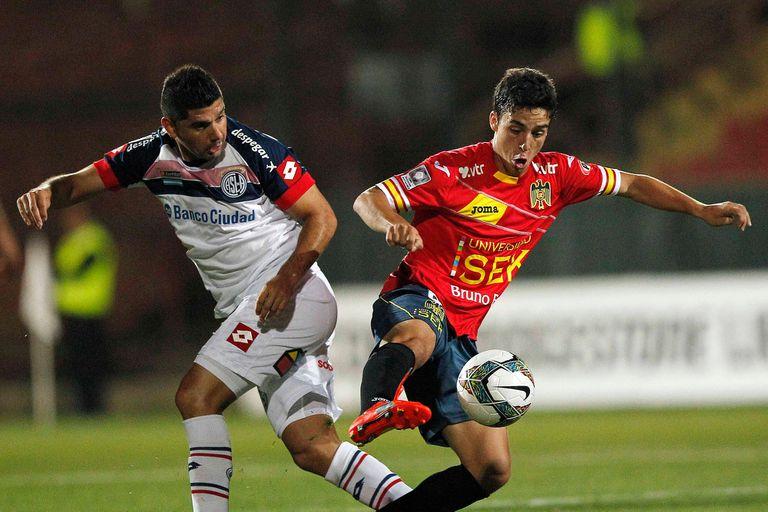 Si el torneo chileno terminara hoy, San Lorenzo debería medirse con Unión Española en la fase 2 de la Copa Libertadores. El último antecedente data de 2014 (Ortigoza y Farabelli, en la foto), cuando el Ciclón se consagró campeón.