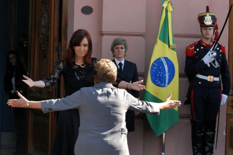 Cristina Kirchner recibió con un abrazo la llegada de Dilma Roussef a Casa Rosada