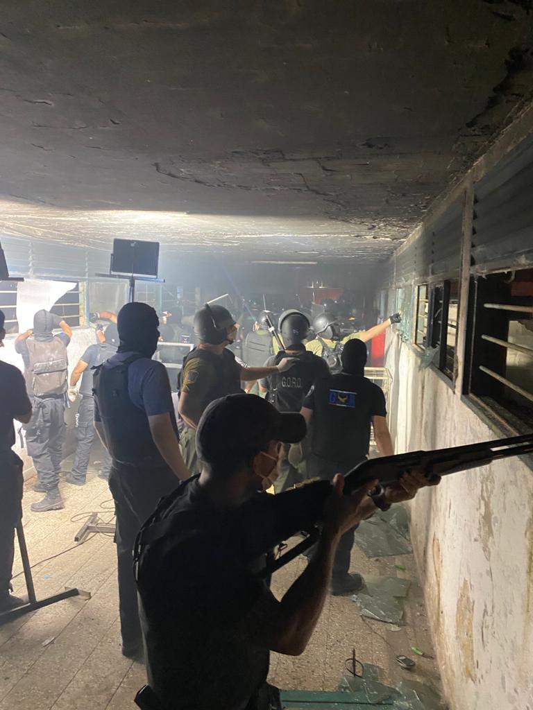 Encabezadas por el ministro Marcelo Sain, tropas especiales de la policía y el Servicio Penitenciario de Santa Fe recuperaron el control del penal de Las Flores