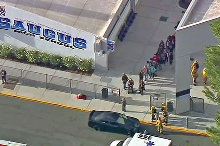 Un hombre armado entró en las dependencias del establecimiento, ubicado en Santa Clarita, según informó la policía local