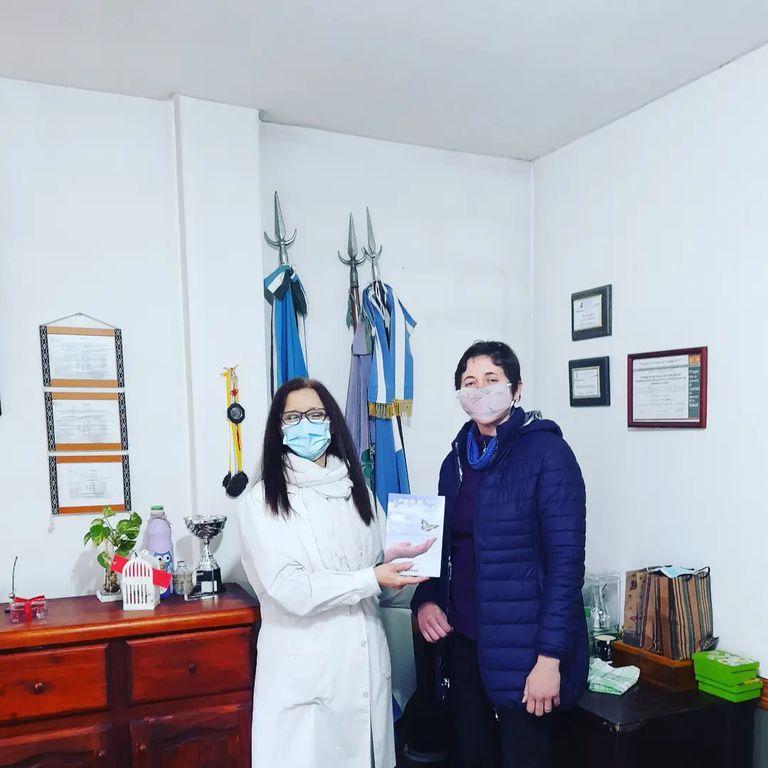 """Sofía Bauzá le entrega su libro """"Y después del ACV, qué?"""" a la directora del Hospital Dr. J. M. Jorge, de Burzaco"""