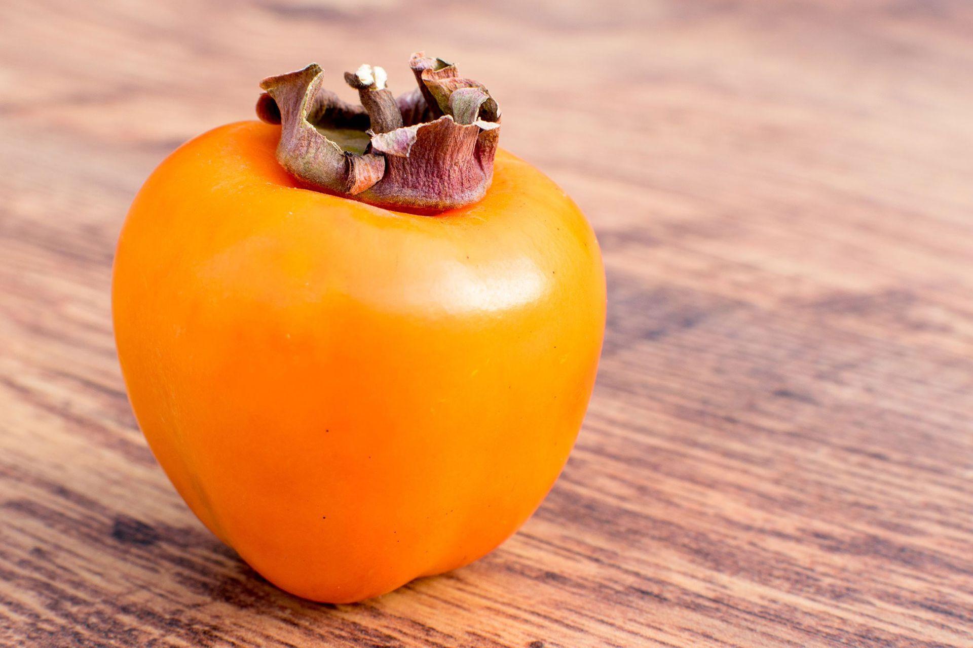 Existen distintas variedades de kakis y la forma del fruto depende de ellas. En algunos casos, la baya es esférica aplanada y en otros, cónica.