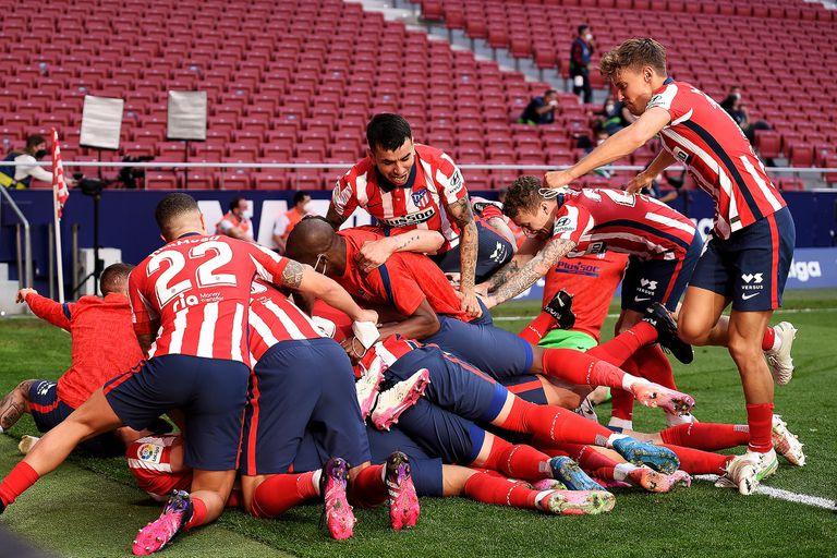 Todo Atlético Madrid festeja el gol de Luis Suárez durante el partido que disputaron con el Osasuna