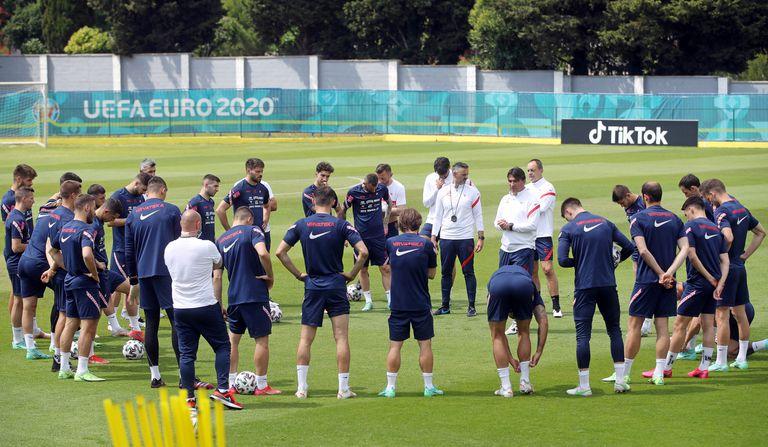 El entrenador de Croacia, Zlatko Dalic, habla con sus jugadores durante un entrenamiento en el estadio NK Rovinj, antes de la disputar la Eurocopa.