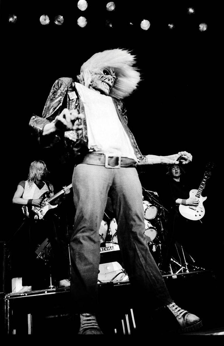 La banda de heavy metal británica Iron Maiden durante su actuación en el UIC Pavillion, como parte del World Piece Tour, en Chicago, Illinois, el 30 de septiembre de 1983.