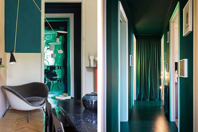 """Tras el cortinado verde, la puerta que lleva al baño que vemos abajo. """"El baño y el corredor –blancos, casi banales– subieron de categoría hacia algo artístico sin cambios estructurales: son una especie de instalación que sorprende pero no queda fuera de lugar en un ambiente doméstico"""""""