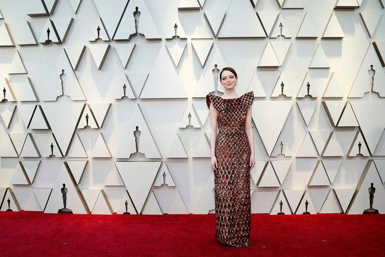 Emma Stone, futurista e impecable, con un vestido Louis Vuitton de entramado íntegramente bordado en minilentejuelas, escote recto y hombreras aladas