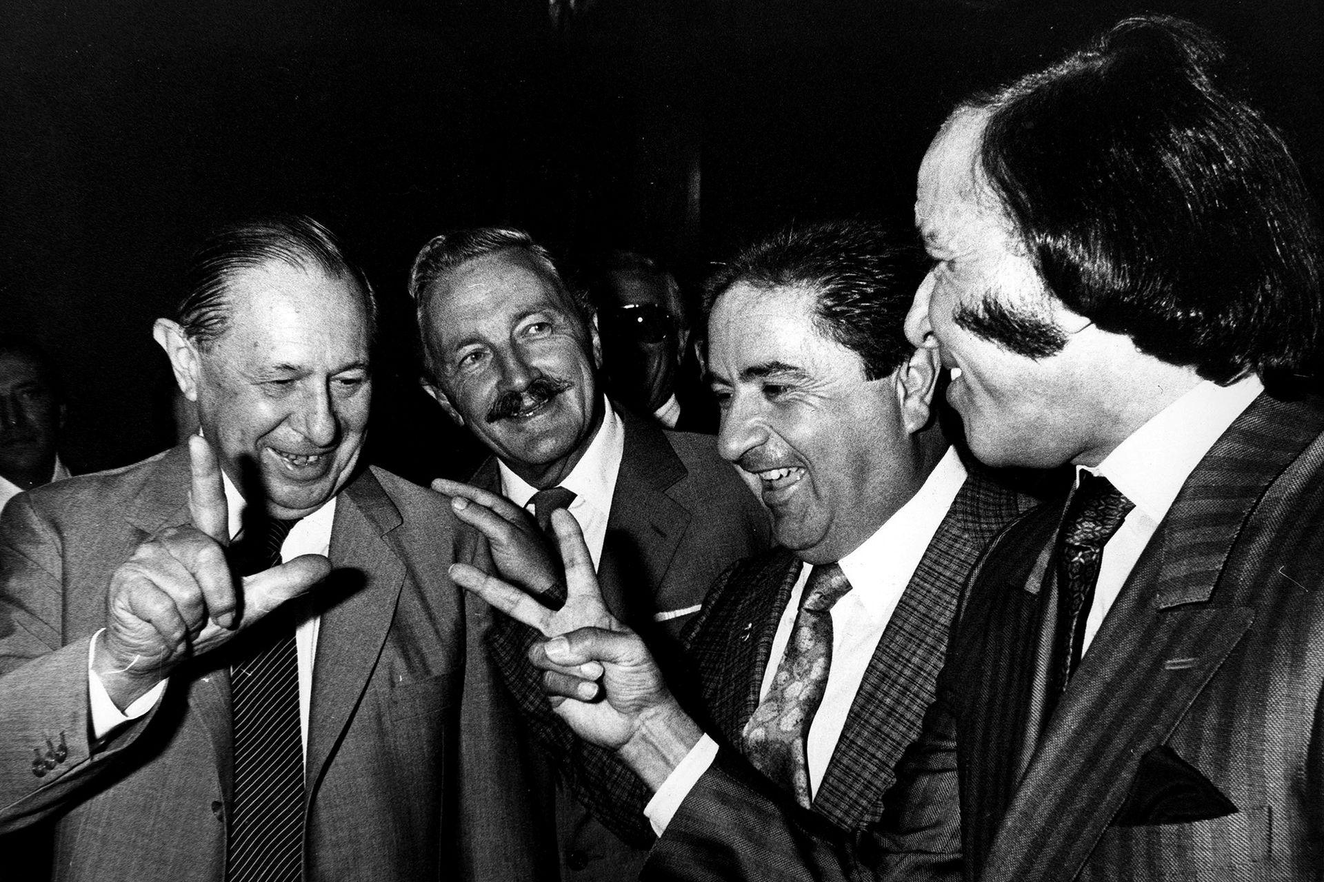 Con Álvaro Alsogaray, durante la campaña de 1989, cuando nadie imaginaba que poco después terminarían aliados. Los mira Duhalde