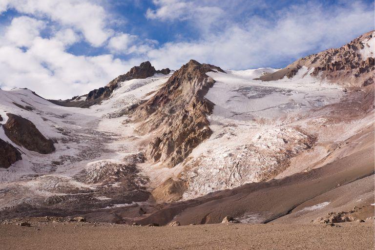 El volcán Domuyo se creía extinguido, pero desde 2014 está creciendo a un promedio de 11 centímetros por año, según estudios realizados a partir de información satelital. Los datos alertan sobre el riesgo de una posible erupción, que podría afectar en forma directa a varias ciudades del norte de la