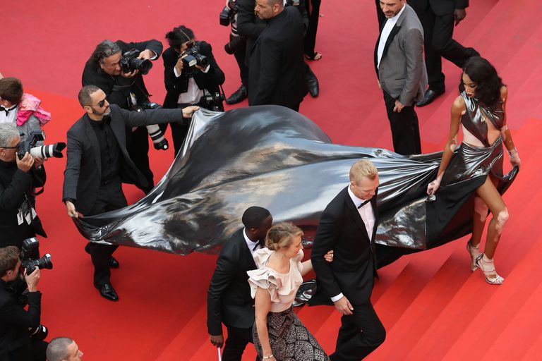 La modelo estadounidense Winnie Harlow se lució con un llamativo vestido metalizado sobre la red carpet