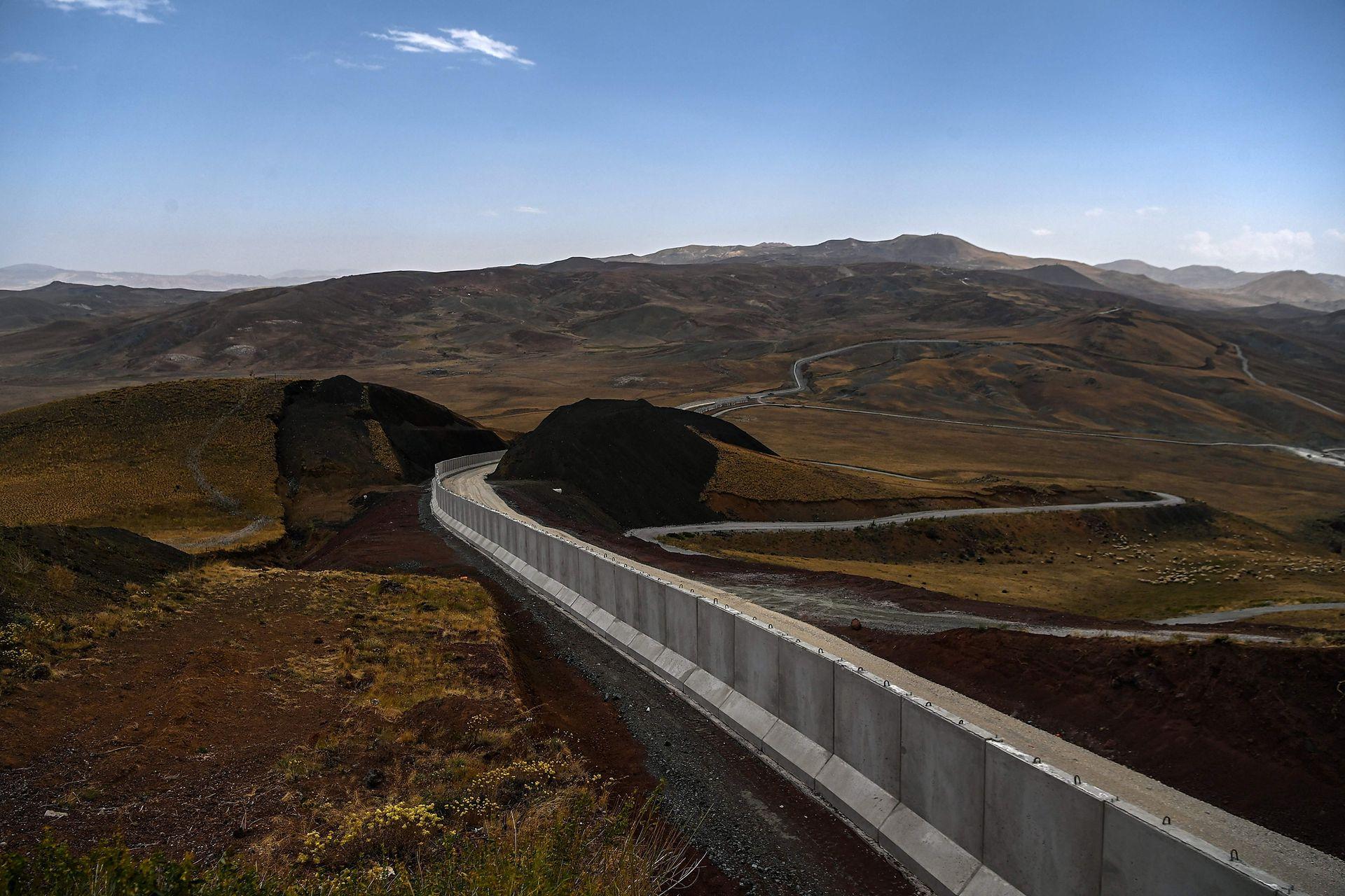 En los últimos días, la construcción de ese muro, de 243 km de largo y bordeado de fosas, parece haberse acelerado, ya se han levantado 156 km en la frontera con Irán