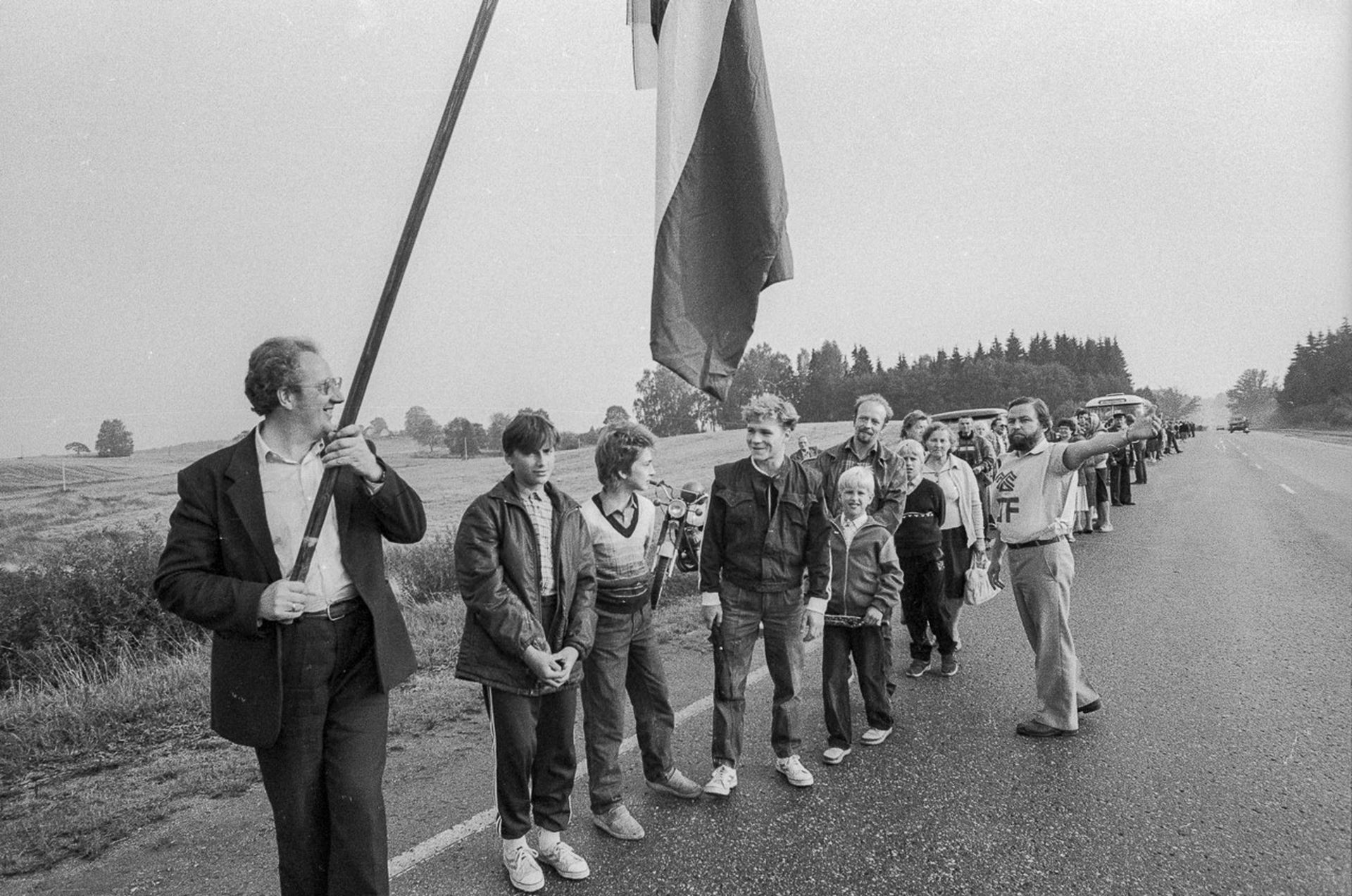 """La bandera letona, por entonces prohibida, exhibida durante la """"Cadena báltica"""""""