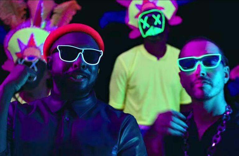 En el nuevo video del tema aggiornan la canción a la estética reggaetonera