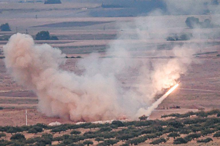 Las fuerzas turcas bombardearon ayer posiciones de las milicias kurdas en Ras al-Ain