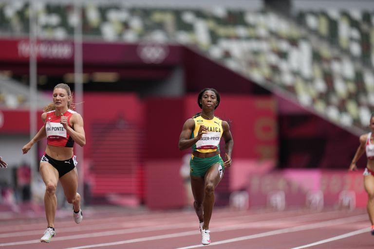 La jamaiquina Shelly-Ann Fraser-Pryce gana su eliminatoria de los 100 metros, el viernes 30 de julio de 2021, en Tokio. (AP Foto/Petr David Josek)