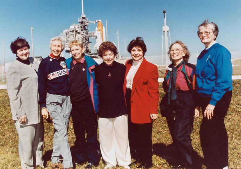 ARCHIVO - La foto de archivo de 1995 muestra parte del grupo conocido como las 13 de Mercuty reunidas para asistir al lanzamiento de un transbordador espacial desde Florida. Son de izquierda a derecha Gene Nora Jessen, Wally Funk, Jerrie Cobb, Jerri Truhill, Sarah Rutley, Myrtle Cagle y Bernice Steadman. Jeff Bezos, el dueño de Blue Origin, ha escogido a Funk _una piloto de 82 años a la que le negaron las alas de astronauta por motivos de género_ a acompañarlo al espacio en las próximas semanas, se anunció el 1 de julio de 2021. (NASA via AP)