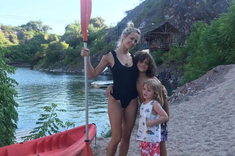 Julieta Prandi junto sus hijos Mateo, de 9 años, y Rocco, de 5
