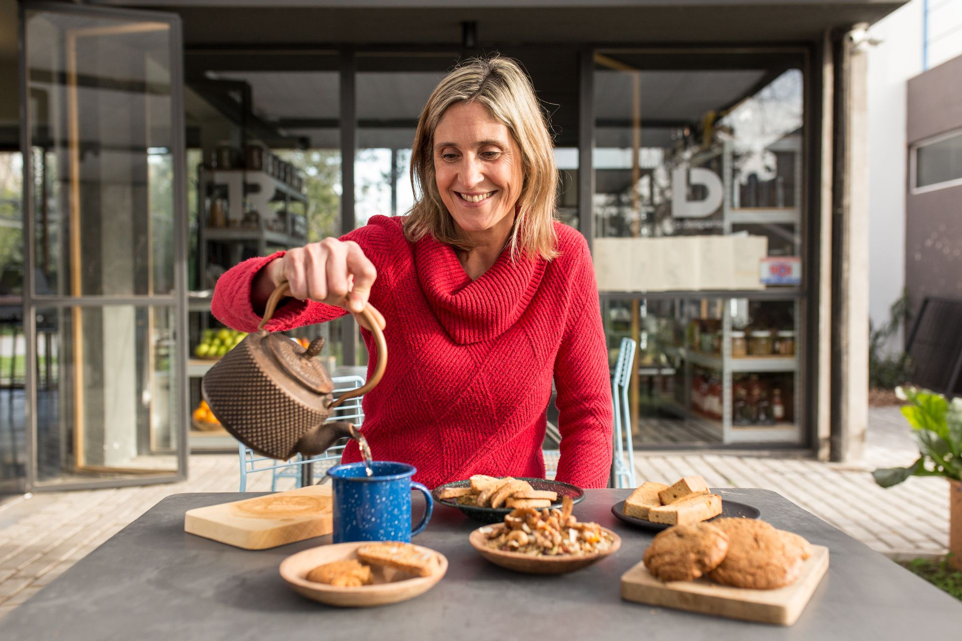 Teresa Rucci en su espacio de cocina y mercado, donde ofrece la materia prima con la que ella misma cocina.
