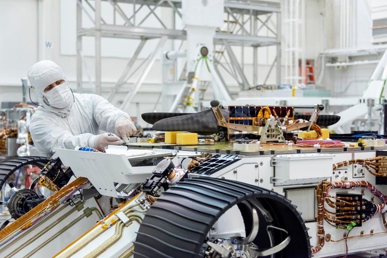 Los ingenieros conectaron el helicóptero Mars de la NASA al vientre del vehículo Mars 2020 el 27 de agosto de 2019, en el Laboratorio de Propulsión a Chorro en Pasadena, California.