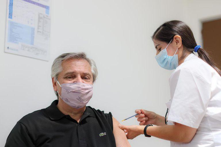 Alberto Fernández, al recibir la primera dosis de la Sputnik V, en enero; su imagen sube entre quienes ya se vacunaron