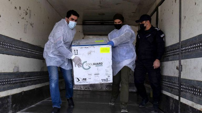 Israel comenzó a enviar vacunas a la Franja de Gaza. Se estima que cerca de 5 millones de palestinos están a la espera de la vacuna.