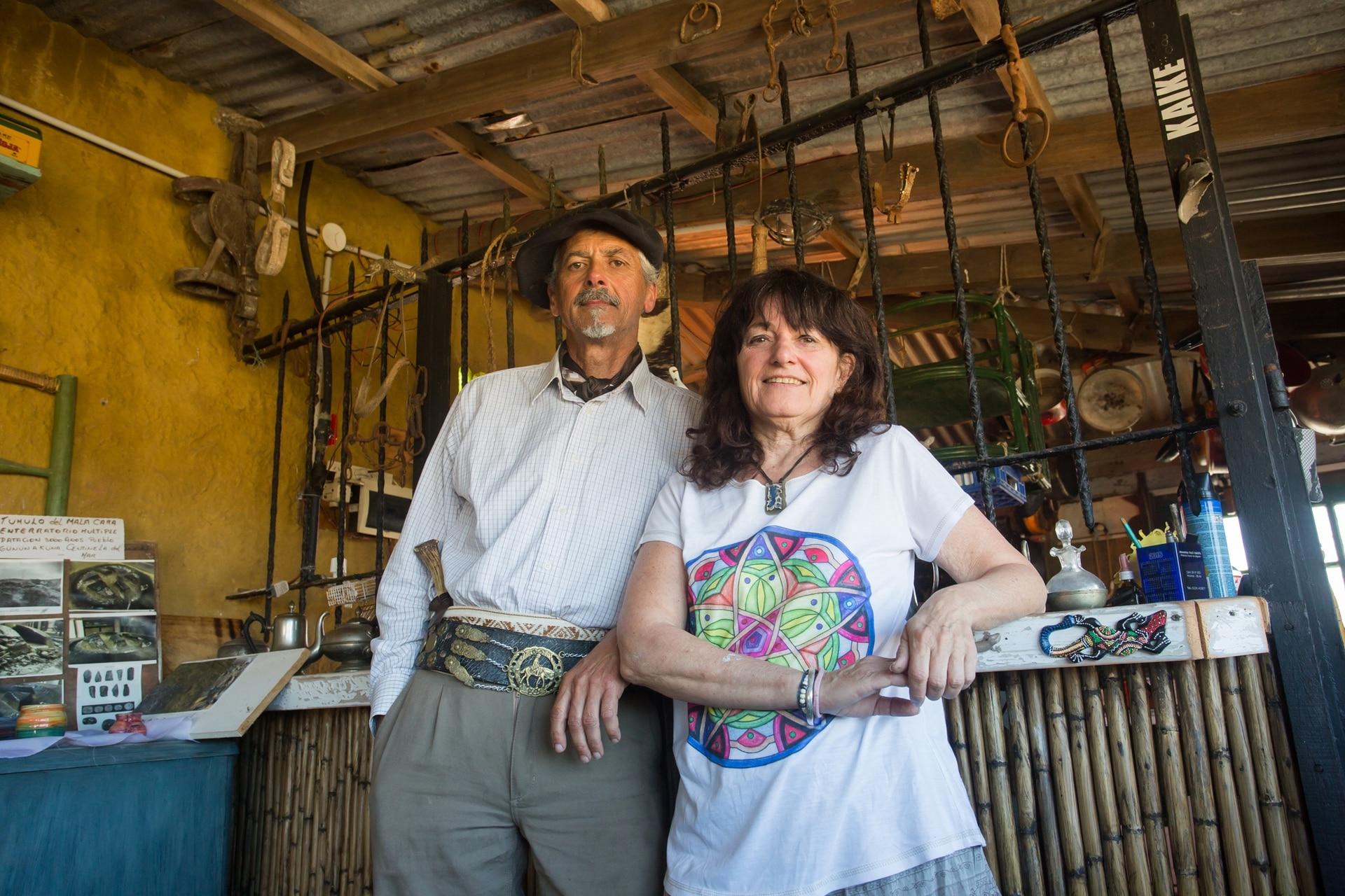 Carlos Canelo y su mujer, Patricia Velardo son los dueños de la pulpería y los únicos habitantes del paraje