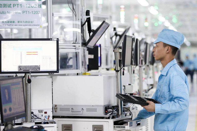 Un empleado revisa el proceso de producción de los smartphones