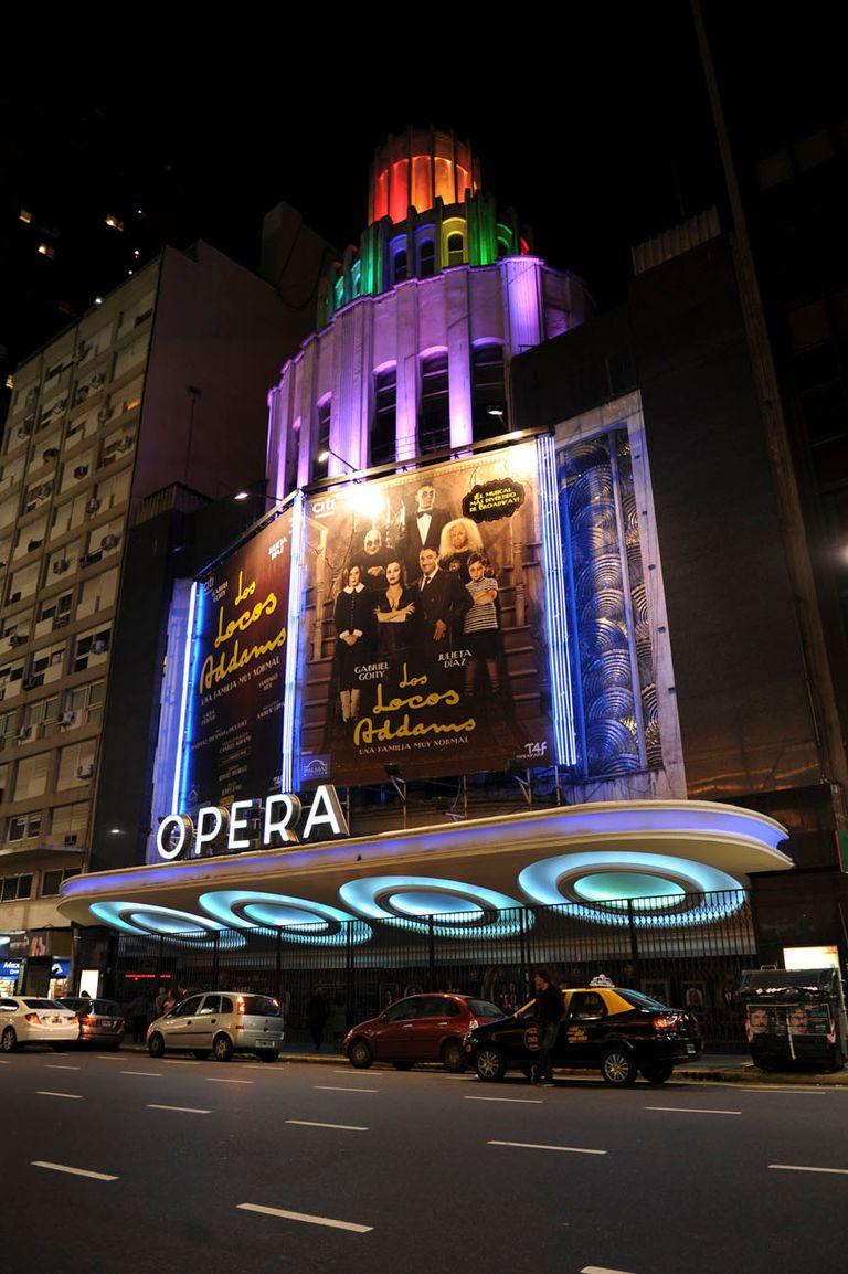 El Teatro Opera, con sus formas geométricas y fachada escalonada