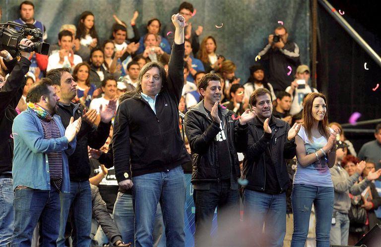 Máximo al frente de la primera línea de La Cámpora, antes de hablar en el estadio de Argentinos Juniors