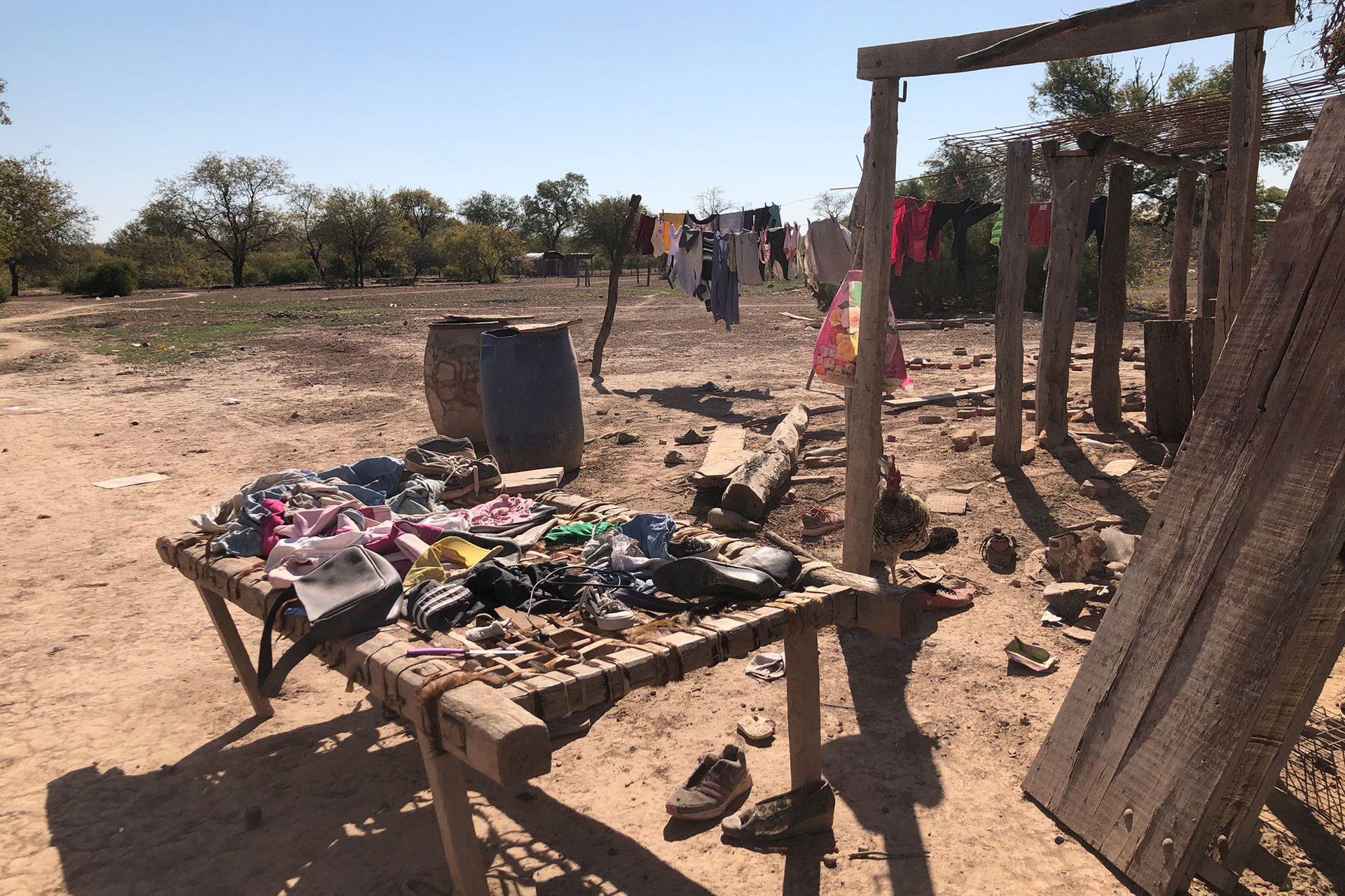 Los Miranda viven en El Hoyo en un estado de completo abandono por parte del Estado y aislados por caminos intransitables. Usan una cama vieja para secar la ropa al sol, que muchas veces se vuelve a llenar de polvo y hay que volver a lavar.