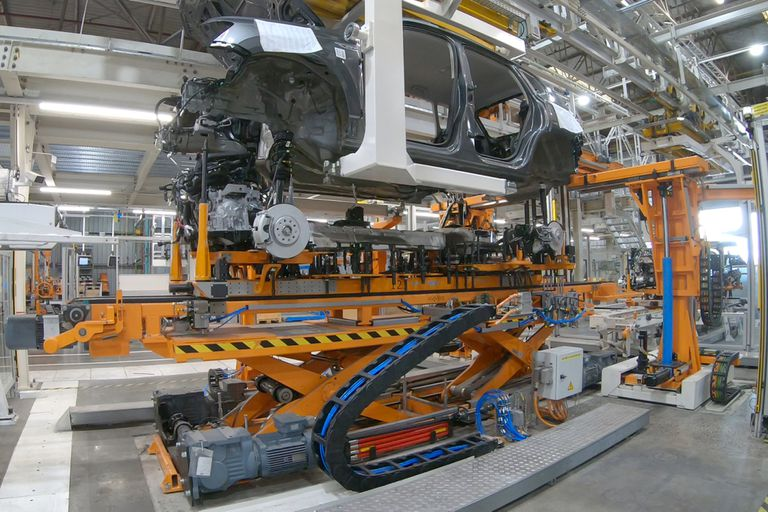 """El """"casamiento"""", como llaman en VW al proceso en el que se unen la carrocería con el grupo motopropulsor"""